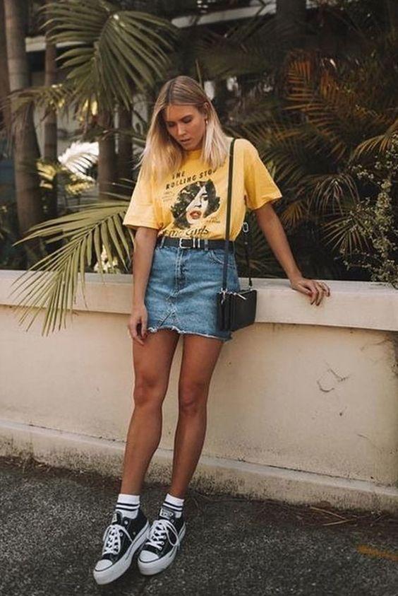 κίτρινο_t-shirt_και_τζιν_μίνι φούστα_