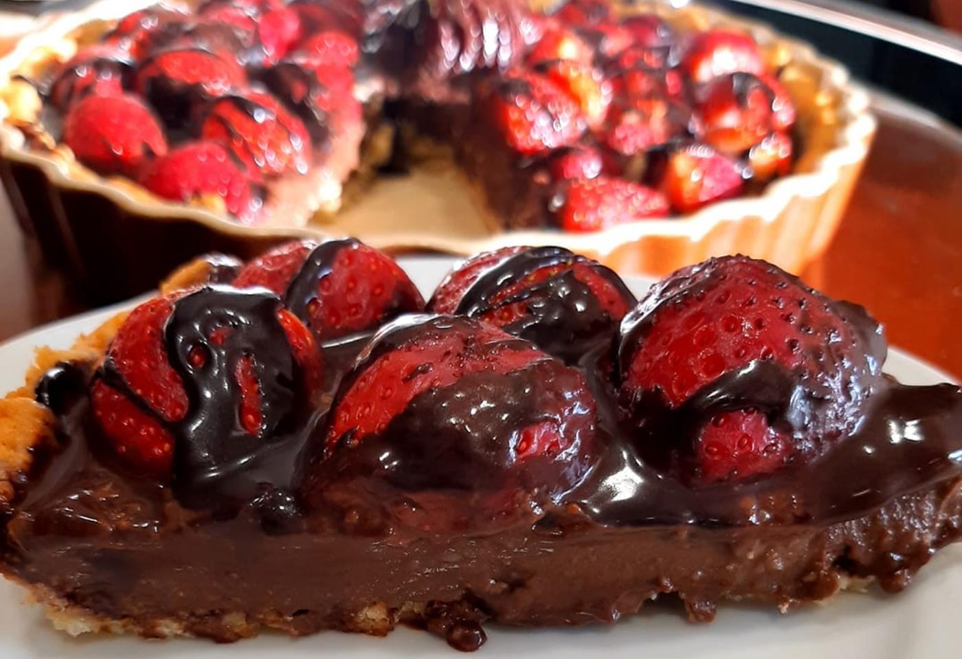 Πασχαλινή τάρτα σοκολάτας με φράουλες