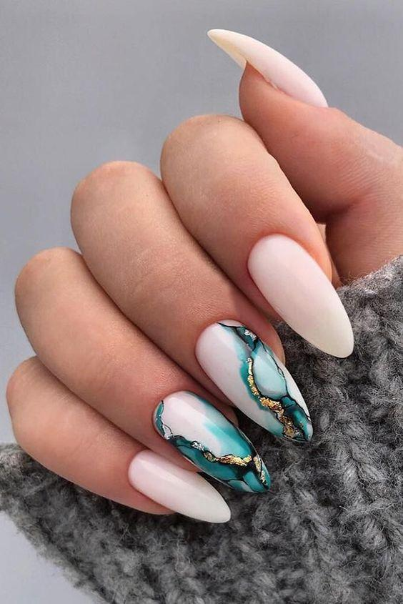 λευκά νύχια_με_πράσινα_σχέδια_