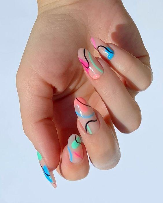 φυσική βάση στα νύχια_με_πολύχρωμα_σχέδια_