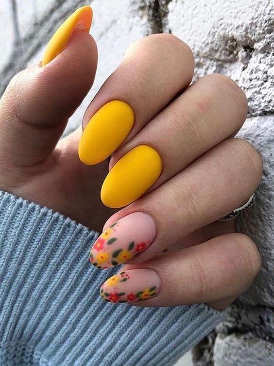 κίτρινα νύχια_με_φλοράλ_σχέδια_