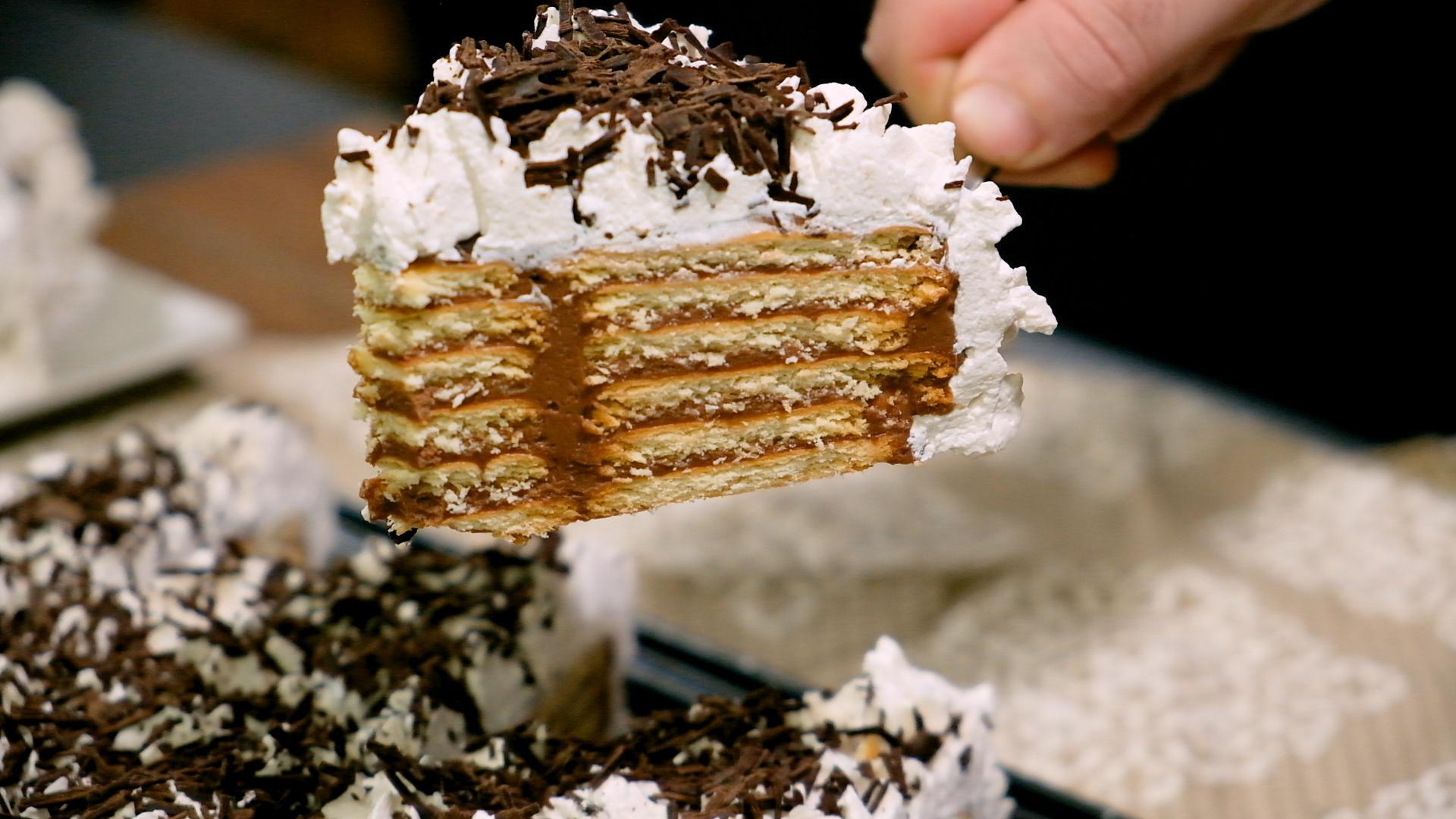 Γλυκό ψυγείου_με μπισκότο_πραλίνα σοκολάτας_και_σαντιγί_