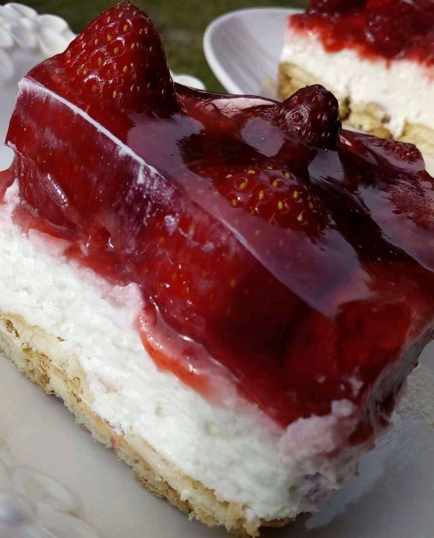 Εύκολο _γλυκό_ ψυγείου_ με_ σώς_ φράουλας_