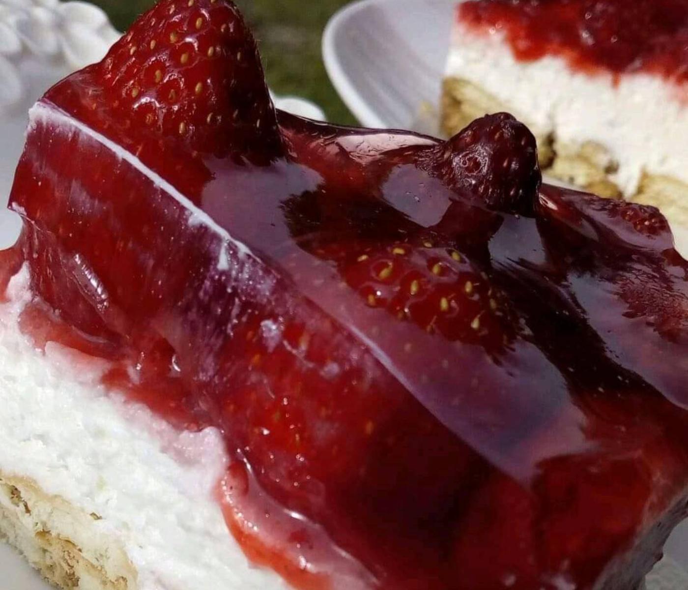 Εύκολο γλυκό ψυγείου με σώς φράουλας