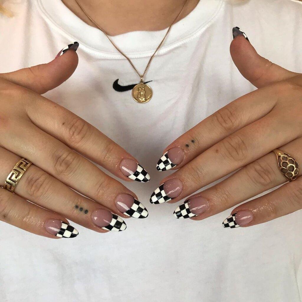 παραλλαγή γαλλικού μανικιούρ_με_νύχια_σκακιέρα_