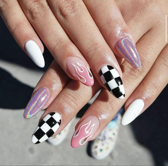 νύχια σκακιέρα_με_ροζ_φλόγες_και_ιριδίζον_μοβ_