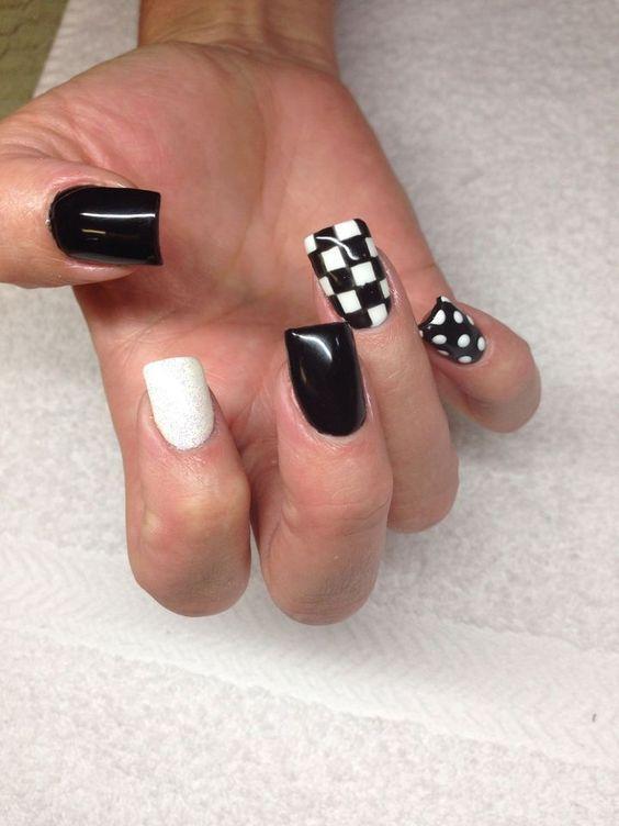 νύχια σκακιέρα_με_μαύρο_και_λευκό_χρώμα_