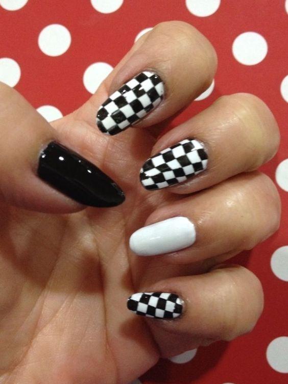 νύχια_σκακιέρα_με_μαύρο_χρώμα_