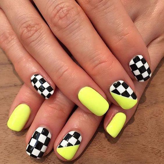 νύχια_σκακιέρα_με_κίτρινο_χρώμα_