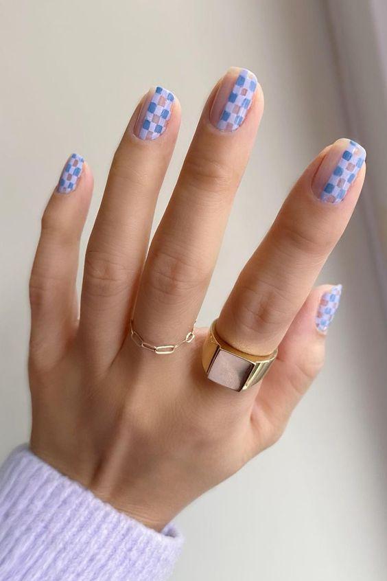 νύχια σκακιέρα_σε_θαλασσί_χρώμα_