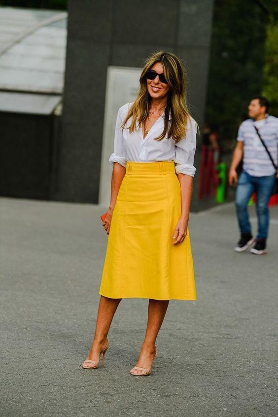 λευκό πουκάμισο_με_μάξι_κίτρινη_δερμάτινη_φούστα_