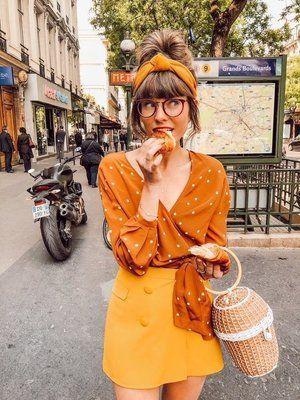 πορτοκαλί μπλούζα_με_κίτρινη_μίνι φούστα_