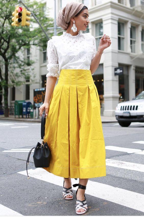 λευκό_πουκάμισο_και_κίτρινη_μάξι_φούστα_με_πιέτες_