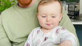 μωρό_λέει_μαμά_και_κάνει_τον_κόσμο_να_τρομάξει_