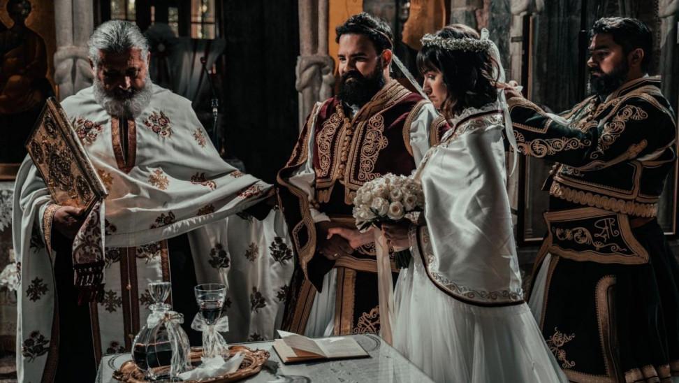 Ζευγάρι από τα Τρίκαλα τίμησε τα 200 χρόνια από την Ελληνική Επανάστασή με τον πιο παραδοσιακό τρόπο  – Βίντεο