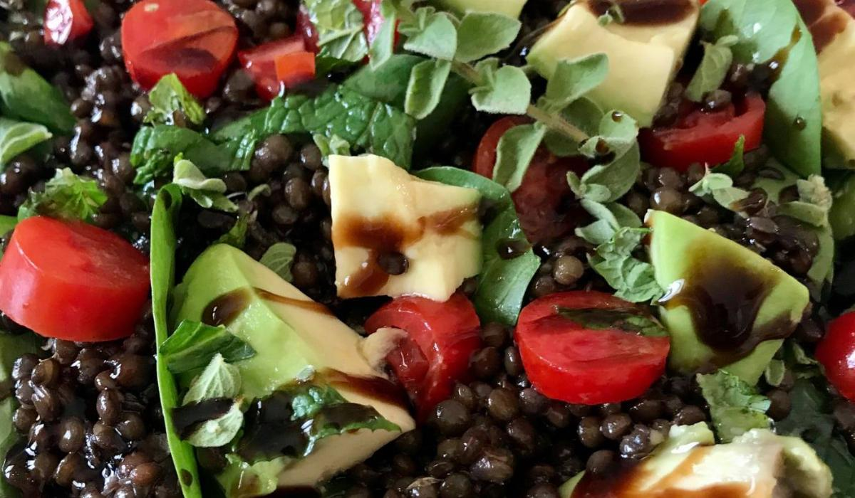 Σαλάτα με φακές ,αβοκάντο και ντοματίνια_