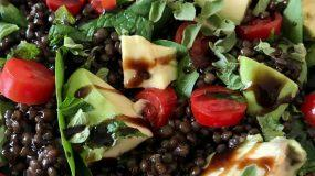 Σαλάτα με φακές ,αβοκάντο και ντοματίνια