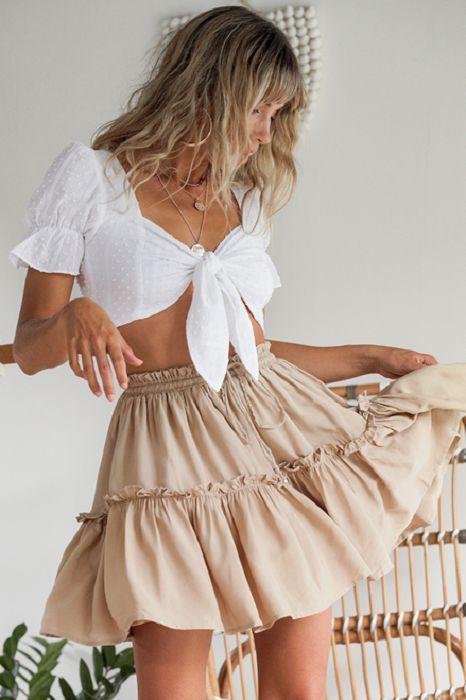λευκό_τοπ_με_μπεζ_μίνι φούστα_
