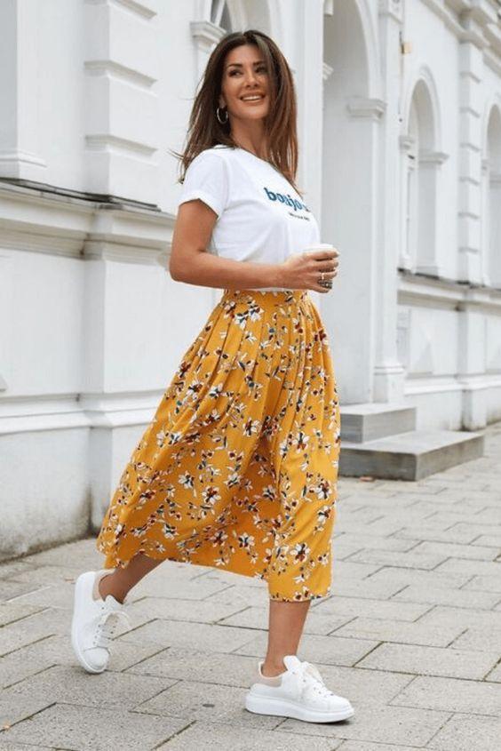 λευκό_t-shirt_με_κίτρινη_φλοράλ_μάξι φούστα_