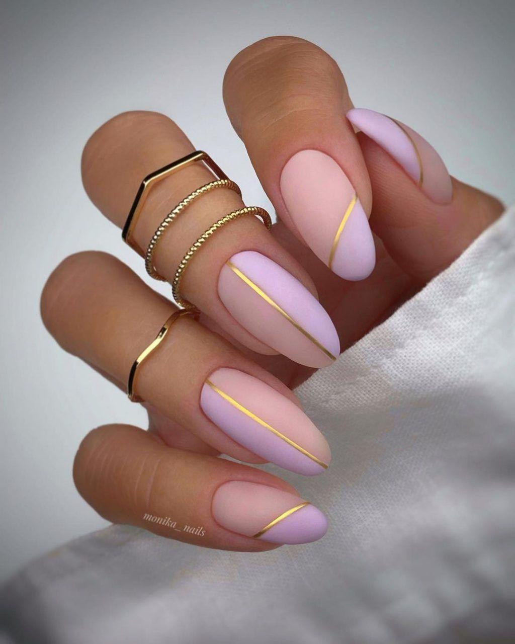 παστέλ_νύχια_σε_ροζ_χρώμα_με_χρυσές_γραμμές_