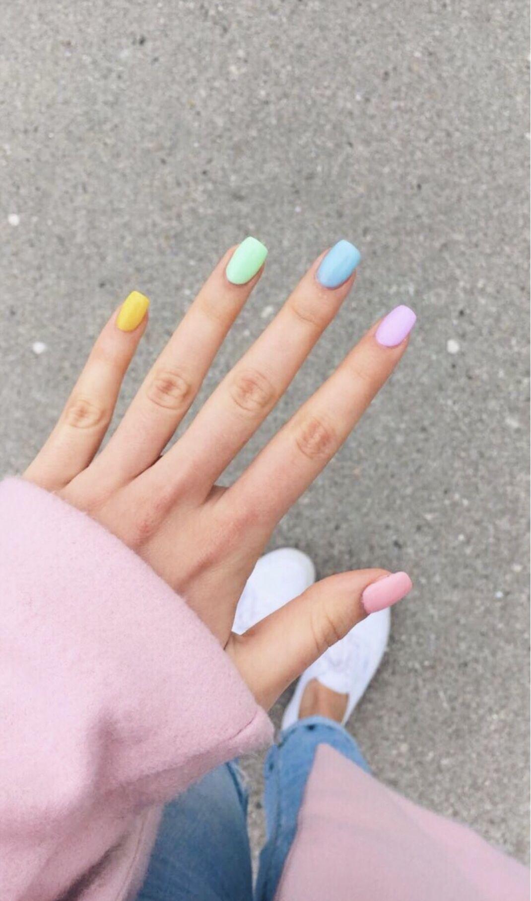 χρωματιστά νύχια_σε_παστέλ_χρώματα_