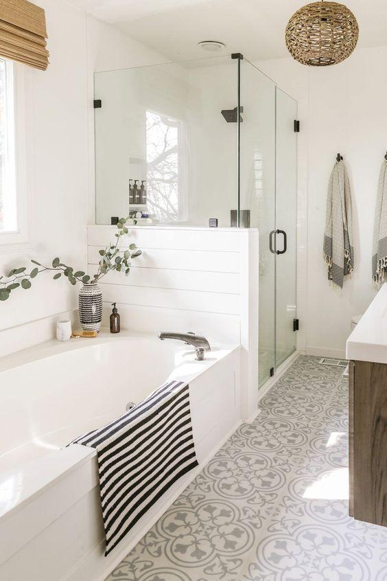 λευκό_και_καφέ_χρώμα_στο_μπάνιο_
