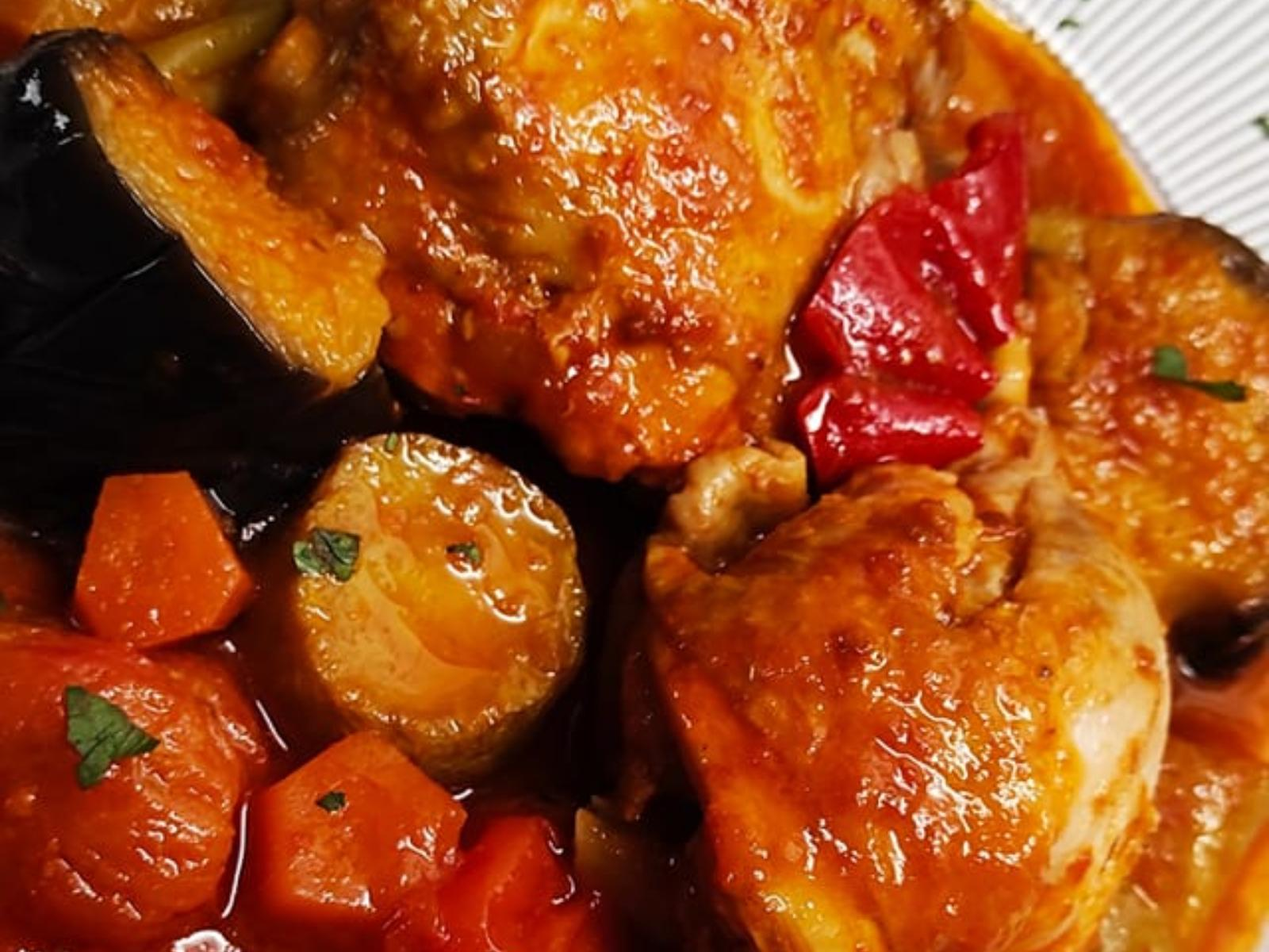 Κοτόπουλο κοκκινιστό με κολοκυθάκια και μελιτζάνες