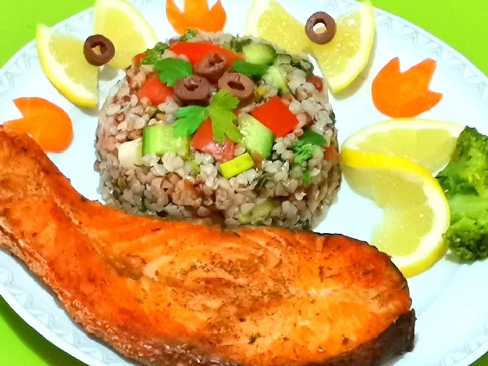 σολομός-στον-φούρνο-με-σαλάτα-φαγόπυρο-