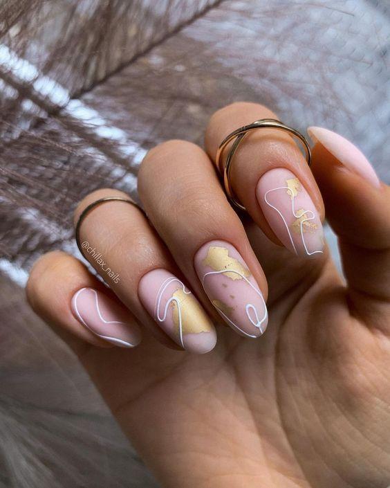 ροζ_νύχια_με_γραμμικά σχέδια_και_χρυσά_σχέδια_