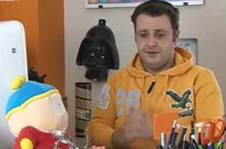Αγνώριστος ο «Billy» από τη σειρά «Singles» εγκατέλειψε την Αθήνα και έχει κατάστημα με σουβενίρ στην Ύδρα! (εικόνα)