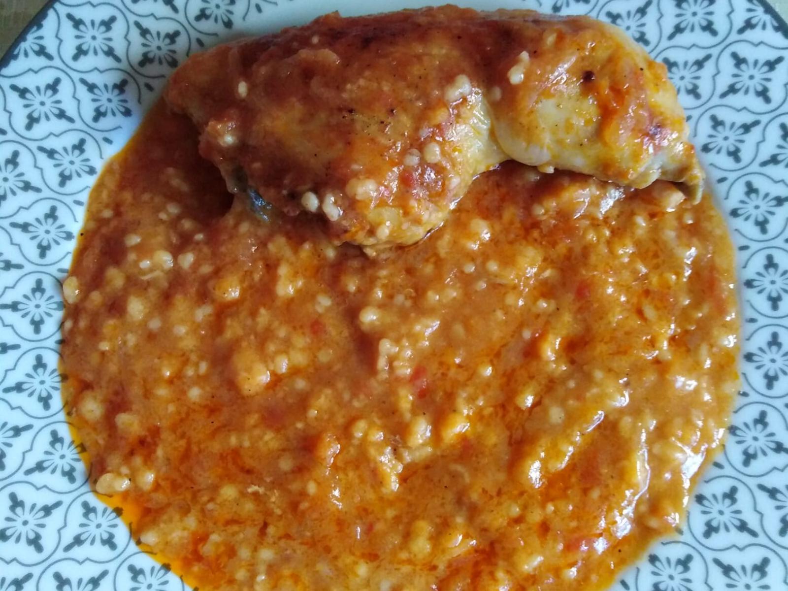 Κοτόπουλο στο φούρνο με τραχανά κοκκινιστό