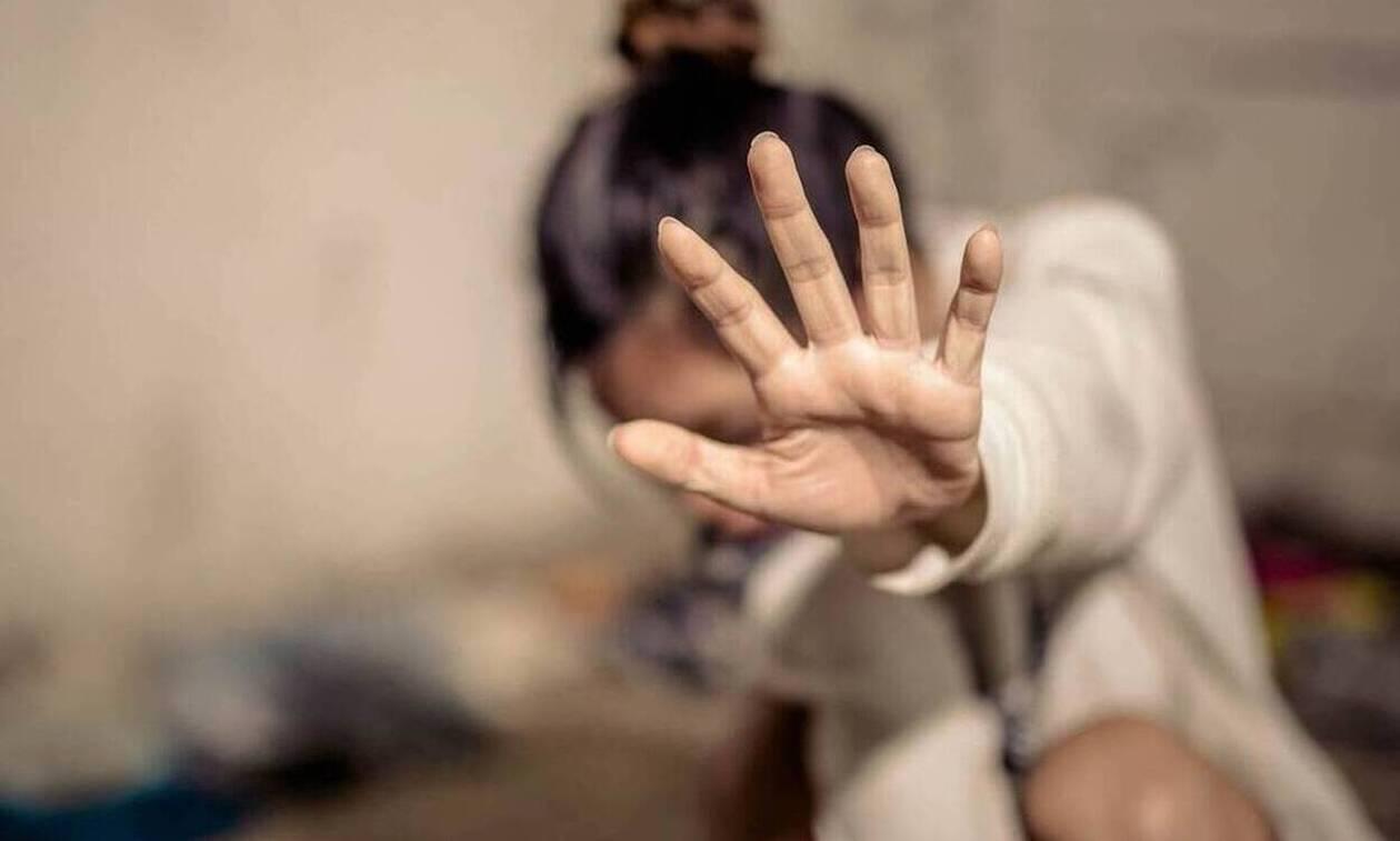Σοκ :Έσπασε στο ξύλο τη γυναίκα του μπροστά στα παιδιά γιατί  βρήκε χρήματα για να αγοράσει κρεμμύδια