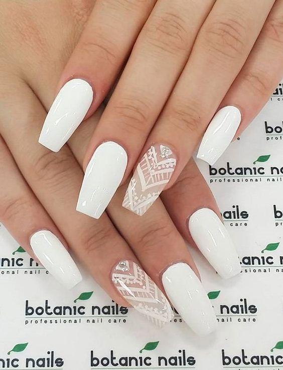 άσπρο_χρώμα_στα_νύχια_με_σχέδια_