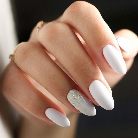 άσπρο_χρώμα_στα_νύχια_με_γκλίτερ_