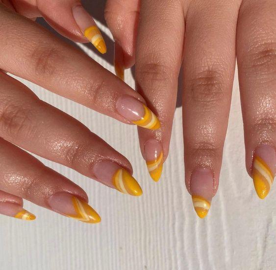 κίτρινο_χρώμα_στα_νύχια_με_σχέδια_