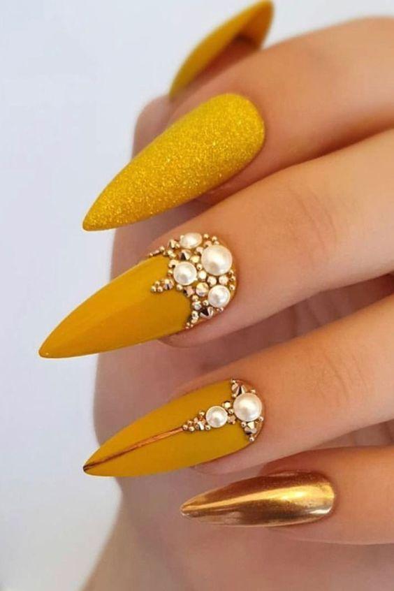 κίτρινο_χρώμα_στα_νύχια_με_γκλίτερ_