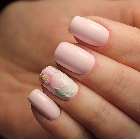 απαλό ροζ_χρώμα_στα_νύχια_με_φλοράλ_σχέδιο_
