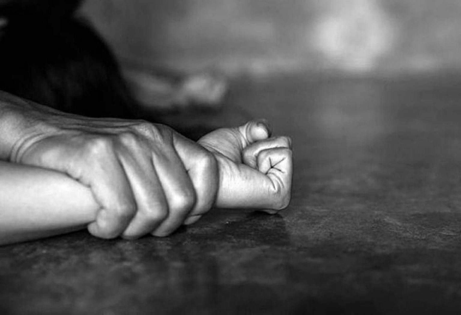 Φρίκη:  Μητέρα και πατριός βίαζαν τα παιδιά τους – Τους άφησαν ελεύθερους