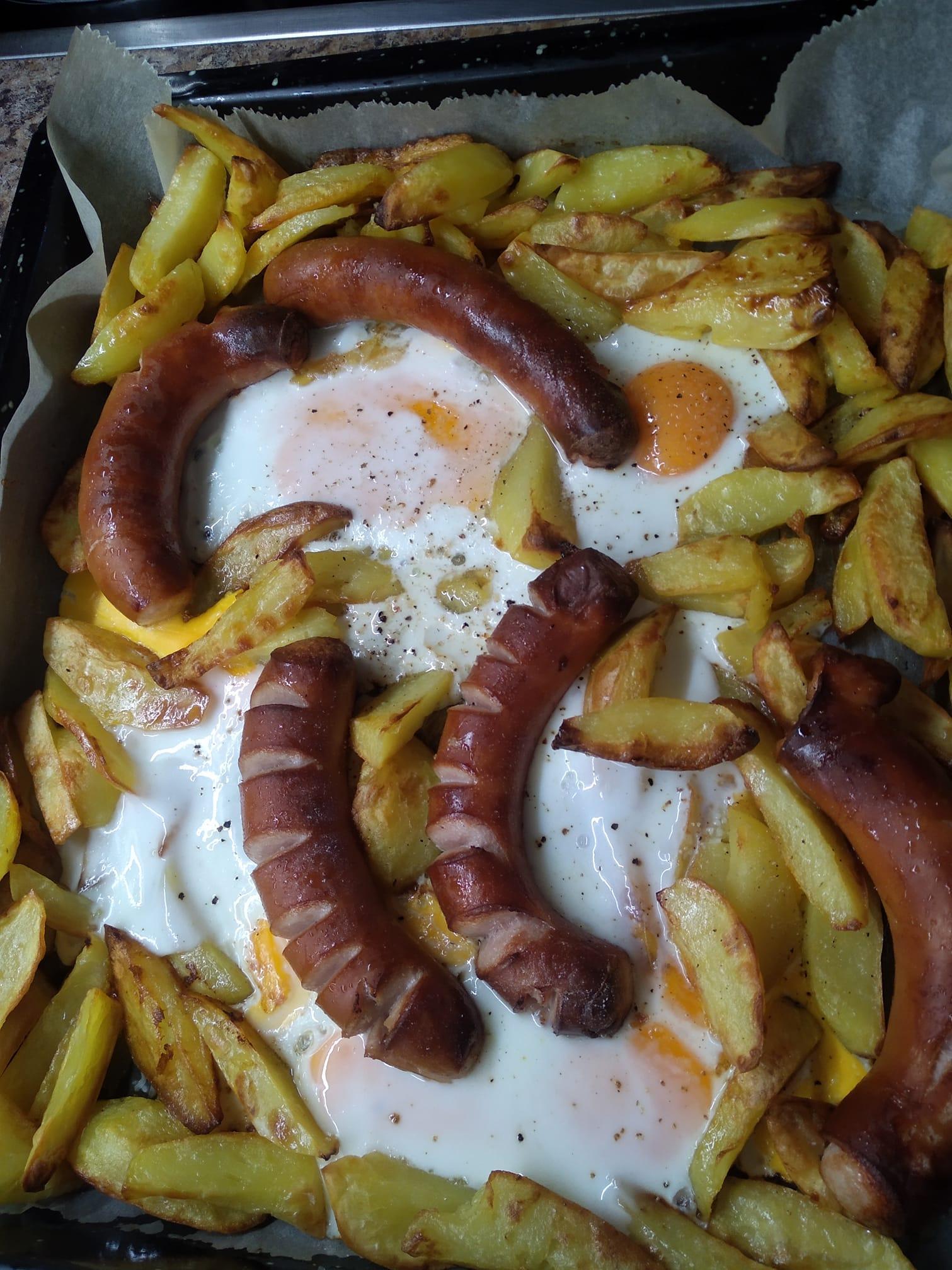 Γρήγορο- φαγητό- : Πατάτες-, αυγά -και- λουκάνικα- στην- λαδόκολλα-
