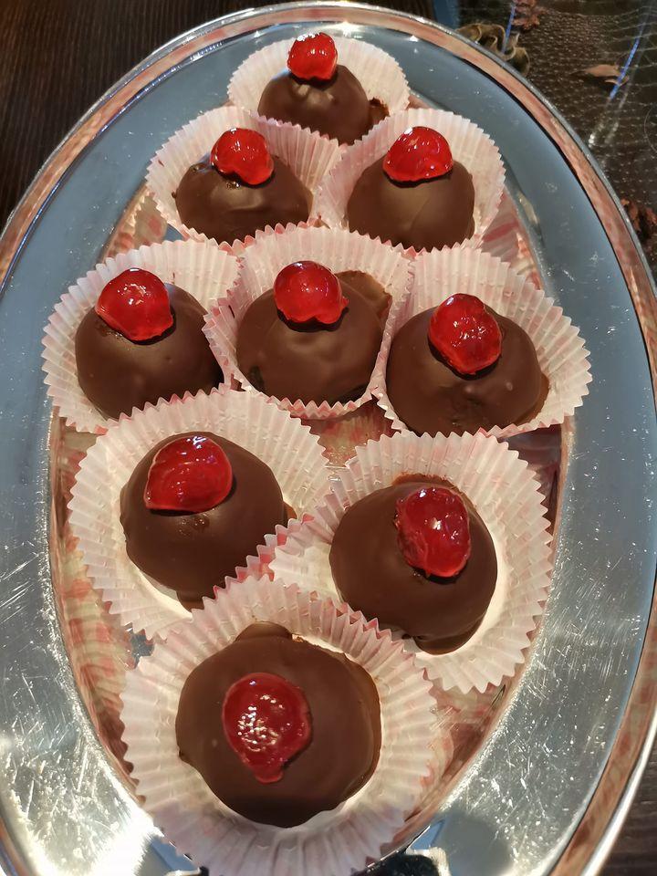 Σοκολατάκια_ με _γέμιση_ γλυκό _κερασί_