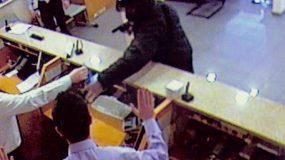 Θρίλερ : Ανδρας εισέβαλε με όπλο  σε τράπεζα – Κρατά ομήρους (βίντεο)