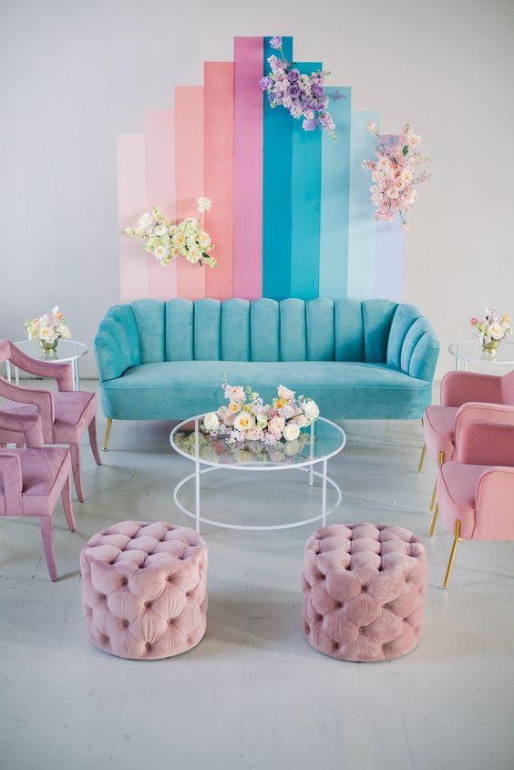 γαλάζιος_καναπές_και_ροζ_πολυθρόνες_