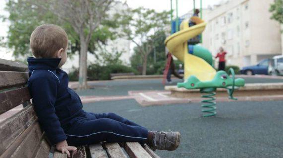 Οι 4 ανησυχητικές συμπεριφορές του παιδιού όταν συναναστρέφεται με αλλά παιδιά _