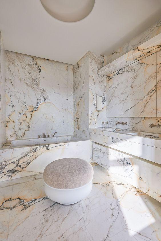 λευκό_μάρμαρο_στο_μπάνιο_με_κίτρινες_λεπτομέρειες_