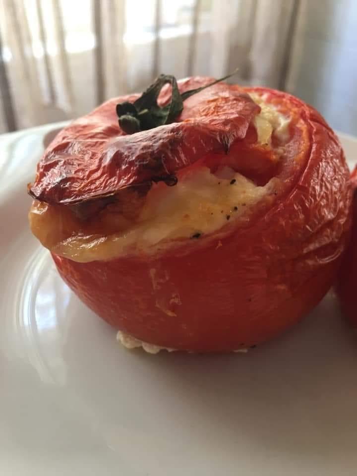 Ντομάτες γεμιστές_με αυγά_και τυρί_