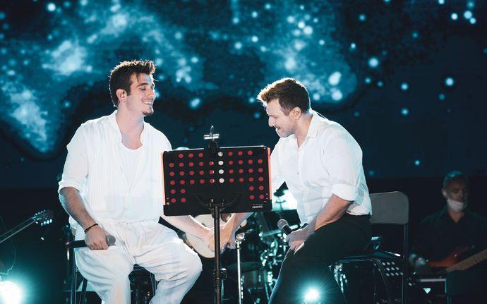 Γιάννης Πλούταρχος: Τραγούδησε μαζί με τα παιδιά του στο Κατράκειο Θέατρο