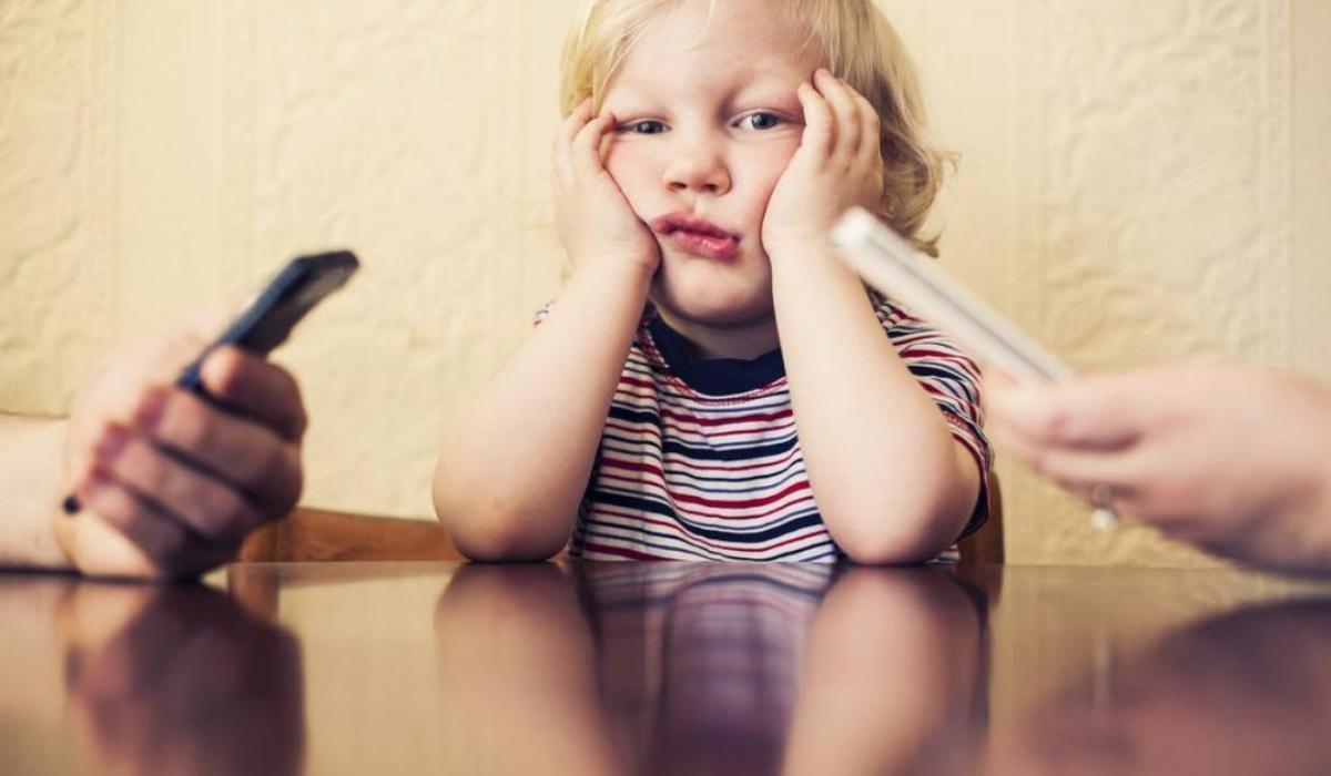 η_υπερβολική χρήση_του_κινητού_βλάπτει_την_σχέση_με_το_παιδί_