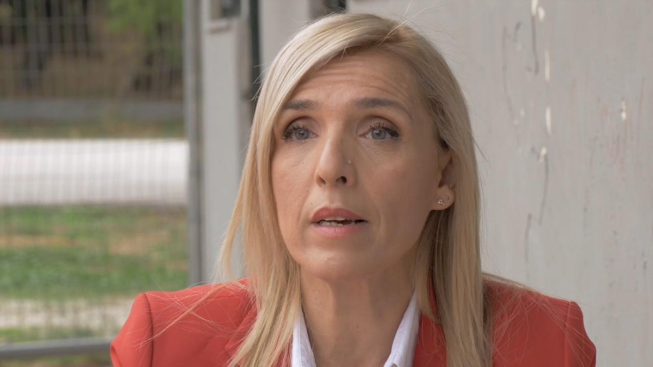 Ρένα Κουβελιώτη : Δεν πεθαίνει το σώμα, πεθαίνει όμως το μυαλό μου σιγά σιγά – H μάχη με την συρρίκνωση εγκεφάλου