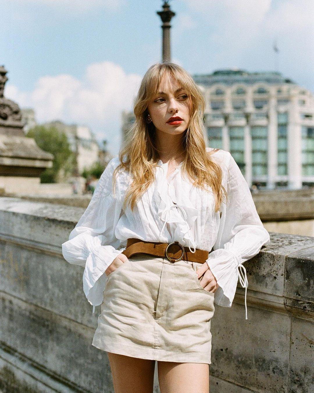 λευκή_πουκαμίσα_με_μπεζ_κοτλέ φούστα_