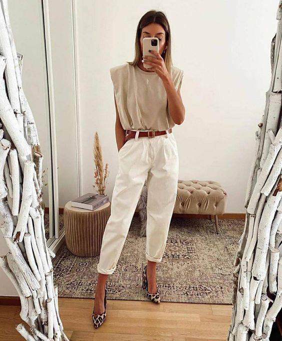 μπεζ_μπλούζα_με_λευκό_παντελόνι_και_καφέ_δερμάτινη ζώνη_
